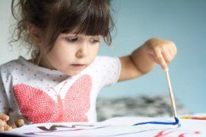 Vodič za roditelje: Evo šta sve deca mogu (i treba) da rade u zavisnosti od uzrasta!