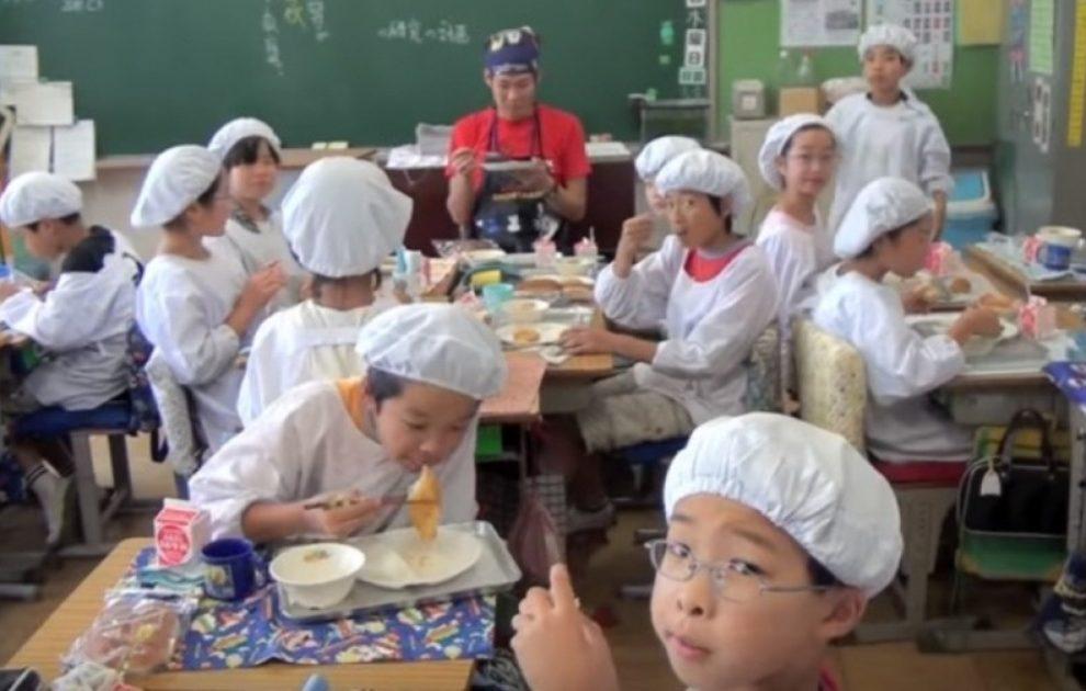 Kako Japanci u školi od dece prave ljude: Snimak koji je osvojio svet! (VIDEO)