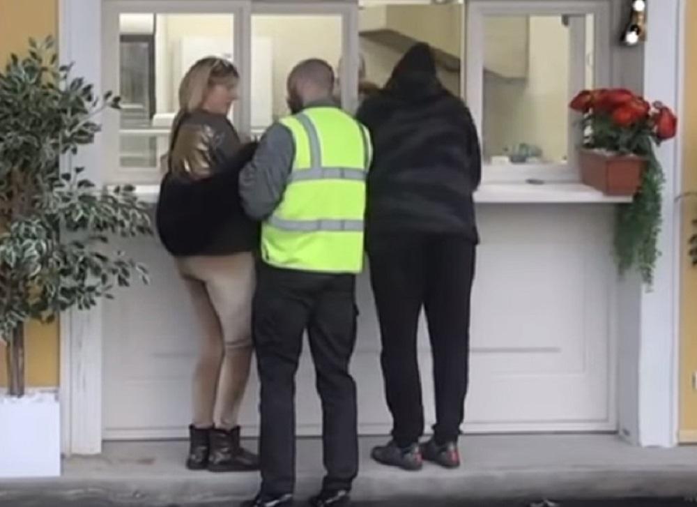 Obezbeđenje razdvajalo Mikija od Jelena Golubović kada je nasrnuo na nju