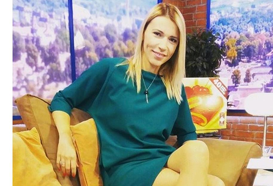 Naime, iako je javnosti poznata kao voditeljka i novinarka, Vukotićeva je završila srpski jezik i književnost na Filološkom fakultetu u Beogradu, ali se nije dugo zadržala u struci zbog posla na televiziji koji joj je otvorio veće mogućnosti.