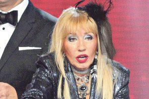 ALKOHOL !!! Poznata pevačica ne ispušta flašu iz ruku