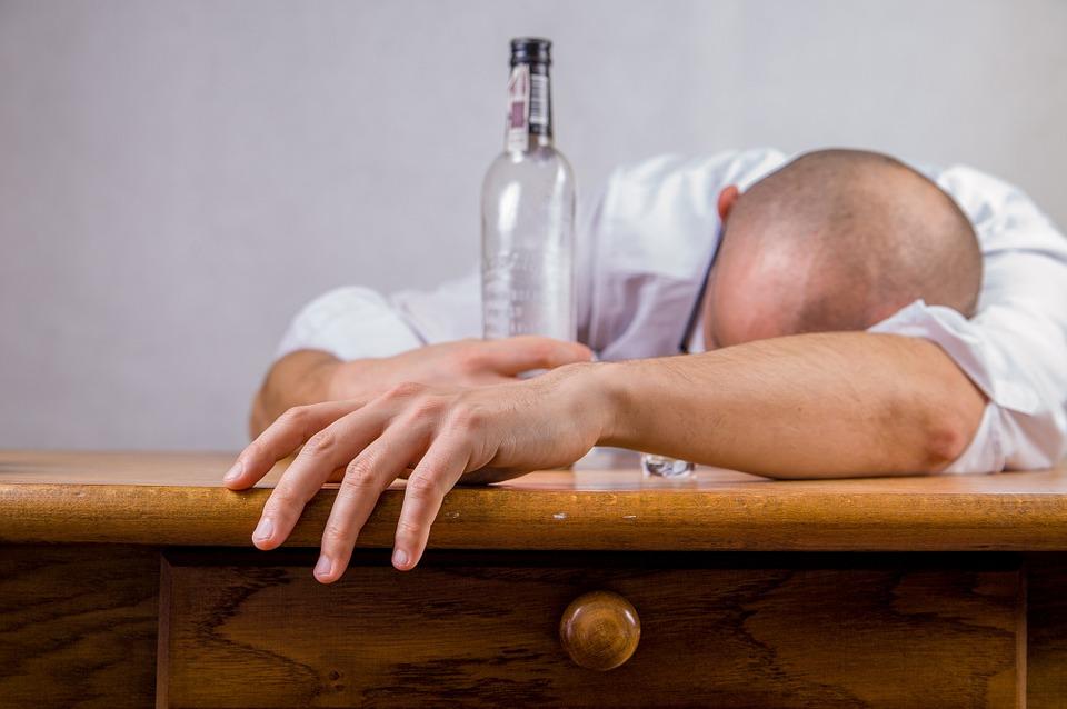 OVA ALKOHOLNA PIĆA NAM UNIŠTAVAJU ZUBE! Iznenadićete se kada vidite koja su NAJŠTETNIJA!