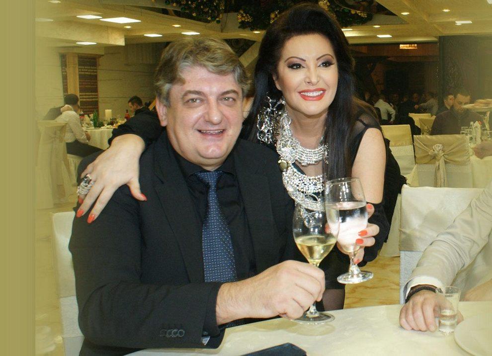 Toni, suprug Dragane Mirković, se našao u zagrljaju poznate holivudske zvezde i super modela, dok se Dragana družila sa Žan Klod van Damom