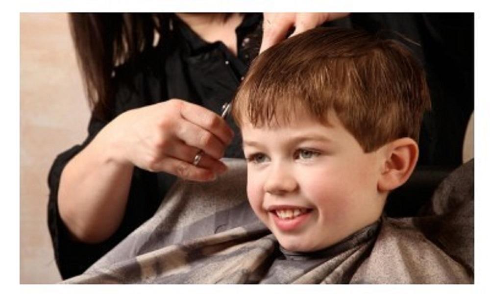 Koje taktkite i trikove primeniti, a koje ne, kada smirujete dete kod frizera