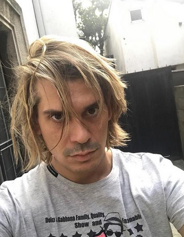 Bio je u vezi sa pevačicom, hapsili ga zbog droge, napuštao zemlju, a danas izgleda ovako...sin Marine Tucaković je promenio imidž