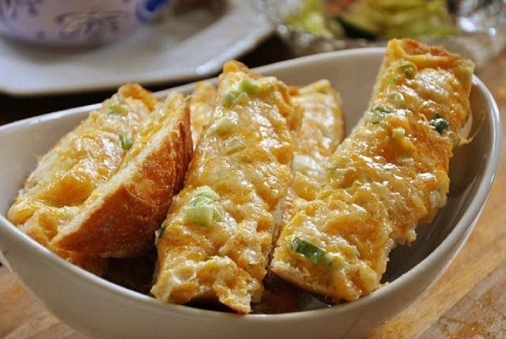 Sa maslacem i belim lukom naprevite pikantne kriškice za pravi užitak