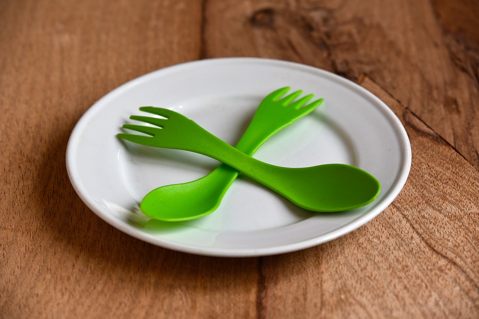 EU zabranjuje plastične tanjire, pribor, slamke
