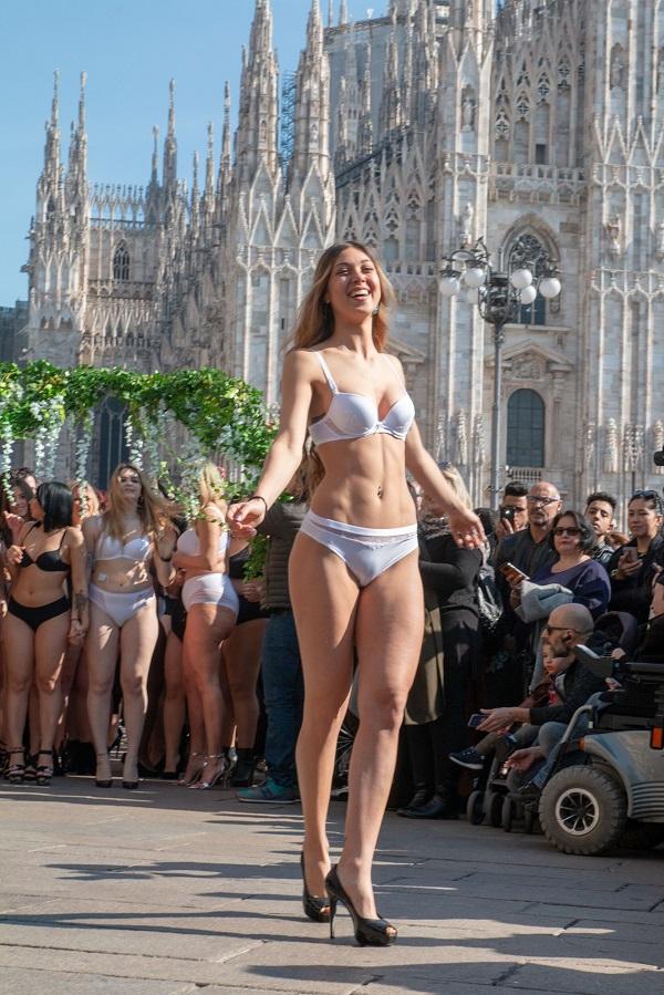 Žene svih veličina ponosno prošetale Milanom u donjem vešu!