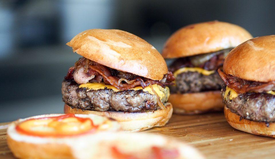 RECEPT DANA: Sočni burgeri sa slaninicom i sirom