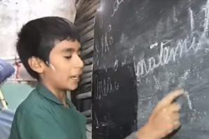 Dečak je osnovao školu za siromašnu decu pored svoje kuće: Sve je napravio sam, drugarima pomaže u učenju, a mnogi kažu da je pravi heroj
