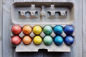 Bliži nam se Uskrs i omiljena aktivnost tog praznika – farbanje jaja. Ovde su saveti za pravilnu kupovinu jaja za Uskrs.