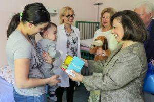 PRINCEZA KATARINA PODELILA VASKRSNJE PAKETICE DECI U BOLNICAMA