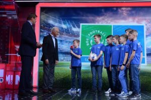 """Franc Bekenbauer, Globalni ambasador projekta """"Fudbal za prijateljstvo"""", uz mlade učesnike na finalu u Madridu"""