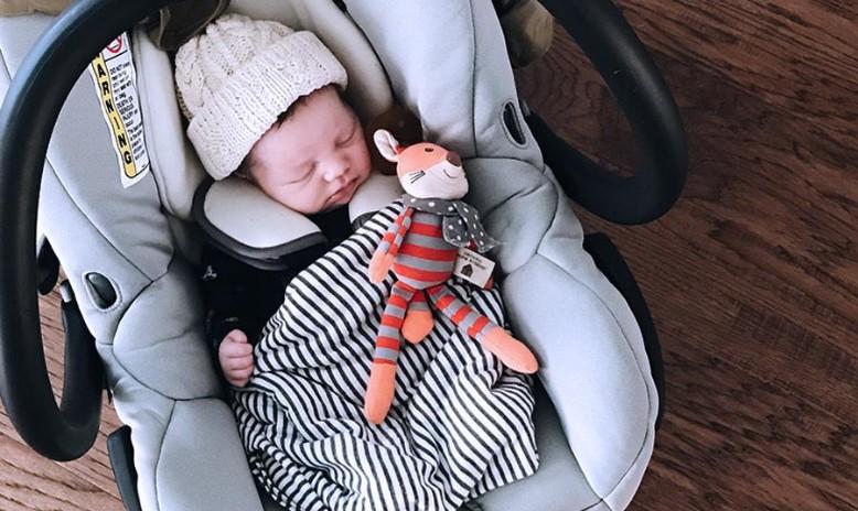 Upozorenje stručnjaka: Ne ostavljajte bebu da spava u auto-sedištu van automobila
