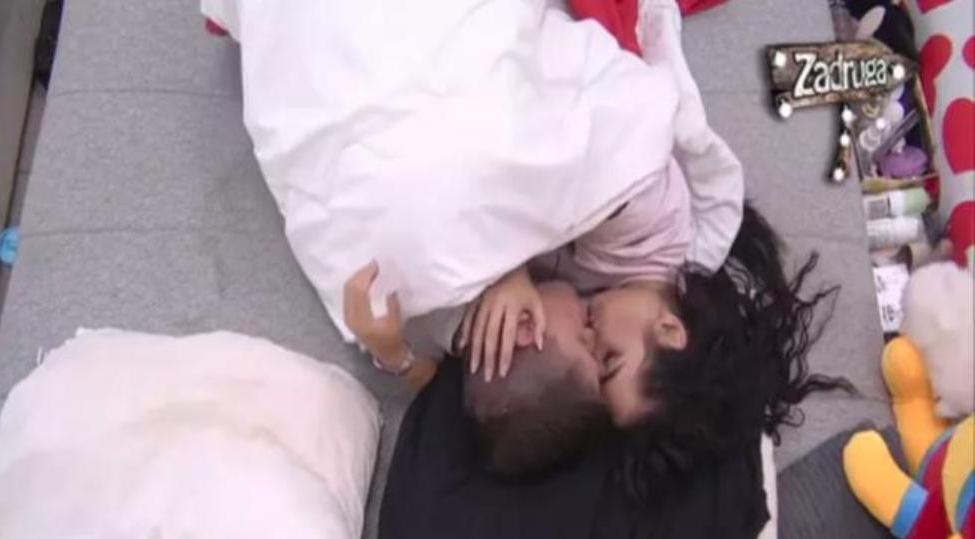 Dok su ostali zadrugari slavili, Ana i David se zavukli ispod jorgana!