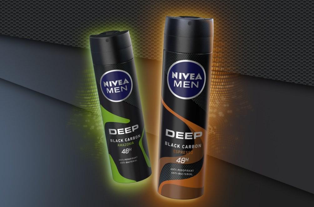 Formulacija sa crnim ugljem obogaćena je novim, harizmatičnim mirisima: Nova NIVEA MEN DEEP linija sa crnim ugljem – efikasna zaštita od znojenja koja traje 48 sati sada je još snažnija i bogatija za dva nova mirisa – AMAZONIA i ESPRESSO! NIVEA MEN DEEP linija antiperspiranata pruža pouzdanu zaštitu od znojenja koja traje 48 sati, dok moćna formulacija sa crnim ugljem čini kožu čistom i suvom. Njihovo efikasno antibakterijsko dejstvo vam daje osećaj dodatne zaštite i samopouzdanja tokom čitavog dana. Uz nove, moćne saigrače, sada ste spremni na odvažnu igru: NIVEA MEN DEEP | AMAZONIA NEUKROTIVA SVEŽINA: MIRIS SLOBODNOG DUHA Ovaj dinamičan muževni miris obogaćen osvežavajućim akordima citrusnih i aromatičnih nota i reskog đumbira oslobodiće vaš neukrotivi duh. Drvenaste note vam pružaju osećaj suve, čiste kože i prijatne svežine tokom celog dana. NIVEA MEN DEEP | ESPRESSO NEODOLJIVA SENZUALNOST: NIŠTA NE MOŽE DA NADMAŠI MIRIS KAFE Otkrijte novi, zavodljivi miris u kome se stapaju osvežavajuće gornje note, espresso ristretto i diskretne note začina i tamne čokolade. Nedoljiva kombinacija dragocene lavande i zagonetnih drvenastih nota pretvaraju ovaj miris u pravo senzualno uživanje. Za vaš neukrotivi duh. NIVEA MEN DEEP AMAZONIA antiperspirant, 150 ml, okvirna maloprodajna cena 409 Rsd NIVEA MEN DEEP AMAZONIA rol-on 50 ml, preporučena maloprodajna cena 409 Rsd Za vašu neodoljivu privlačnost. NIVEA MEN DEEP ESPRESSO antiperspirant, 150 ml, okvirna maloprodajna cena 409 Rsd NIVEA MEN DEEP ESPRESSO rol-on 50 ml, okvirna maloprodajna cena 409 Rsd Novi proizvodi će biti dostupni od maja 2019.
