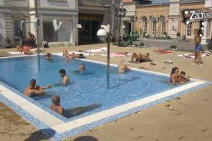 Matoroj se nimalo neće dopasti intimiziranje njene devojke sa Minom na bazenu! (VIDEO)