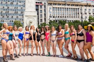 """Učesnice """"Lisca Proud To Be Me"""" događaja prošetale Beogradom u kupaćim kostimima!"""