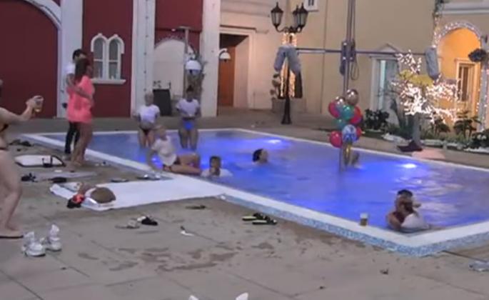 MATORA SE SKINULA U KUPAĆI PA ZANJIHALA KUKOVE! (VIDEO)