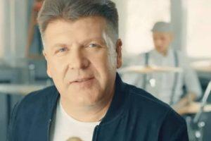 SAMO PIJAN MOŽE DA PREBOLI: Bane Bojanić objavio staru pesmu u novom aranžmanu! Publika oduševljena! (VIDEO)