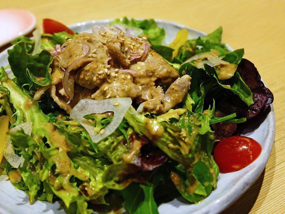 RECEPT DANA: Mediteranska salata sa grilovanom piletinom