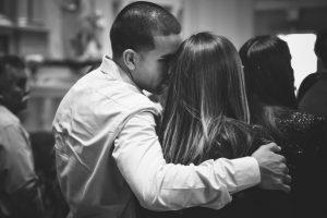 Svaki ZAGRLJAJ ima svoje značenje i evo šta oni otkrivaju o vašoj vezi!
