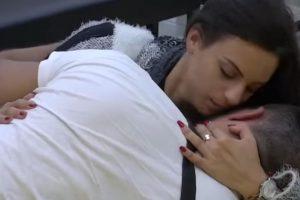 NIJE GA BRIGA ZA STANIJU Vladimir Tomović razmenjuje strasti sa novom devojkom u krevetu