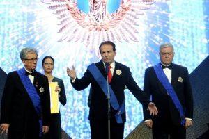 Bogoljub Karić kao Putin odlikovan ordenom od dijamanata i zlata