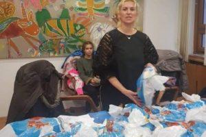 Suze i smeh u opštini Stari Grad! Književnica podelila paketiće mališanima