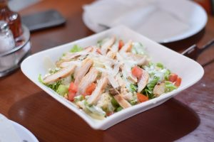 RECEPT DANA: Pileća salata sa grčkim jogurtom