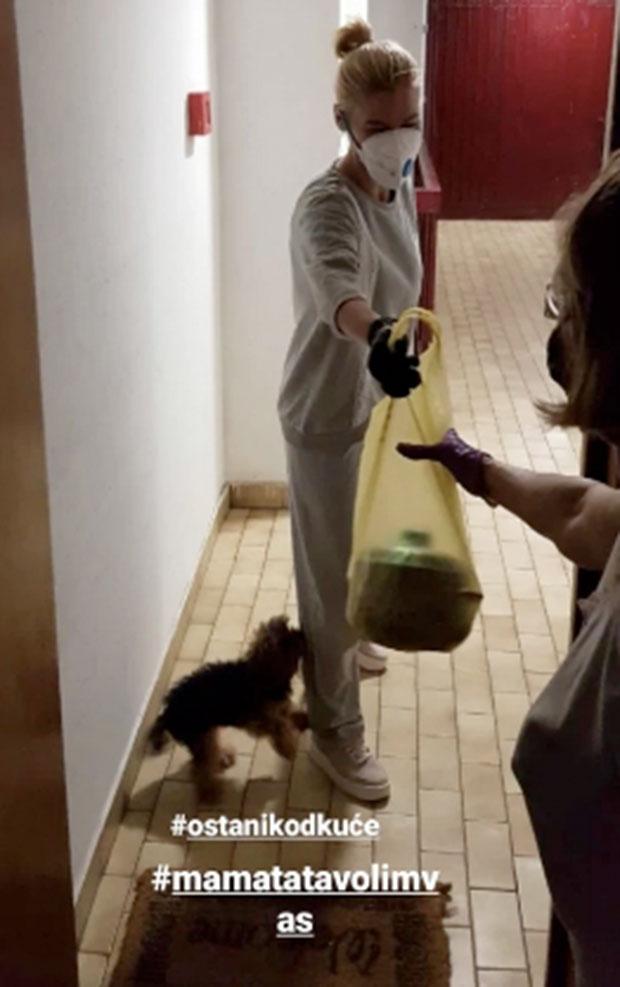 Sa MASKOM na licu i ŠERPOM U RUCI se pojavila na roditeljskim vratima: Nataša Bekvalac ima snažnu poruku za sve (FOTO)