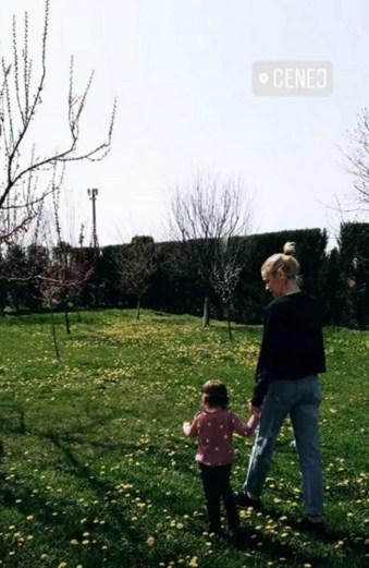 Nataša Bekvalac sa mlađom ćerkom OTIŠLA IZ GRADA