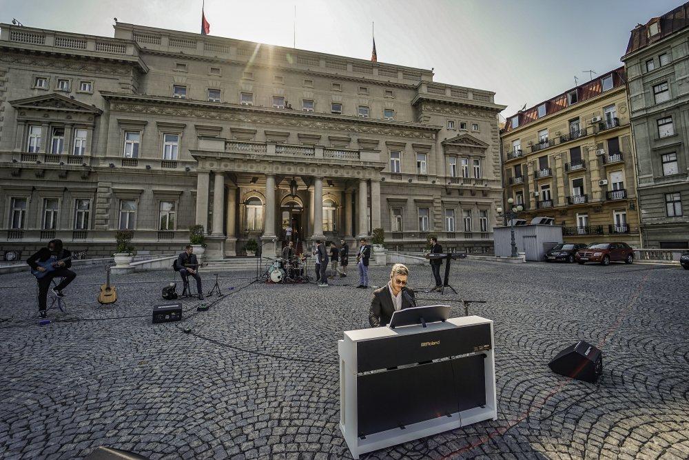 SAŠA KOVAČEVIĆ za vas ispred Skupštine grada! Osetite atmosferu uz fotografije UŽIVO sa lica mesta (FOTO)