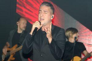 Željko Joksimović sam na sceni, koncert 20. aprila ispred Skupštine grada