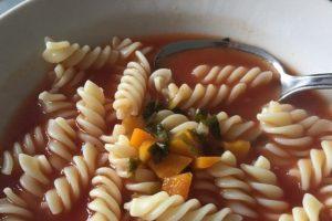 Recept dana: Pikantna čorbica od paradajza sa testeninom