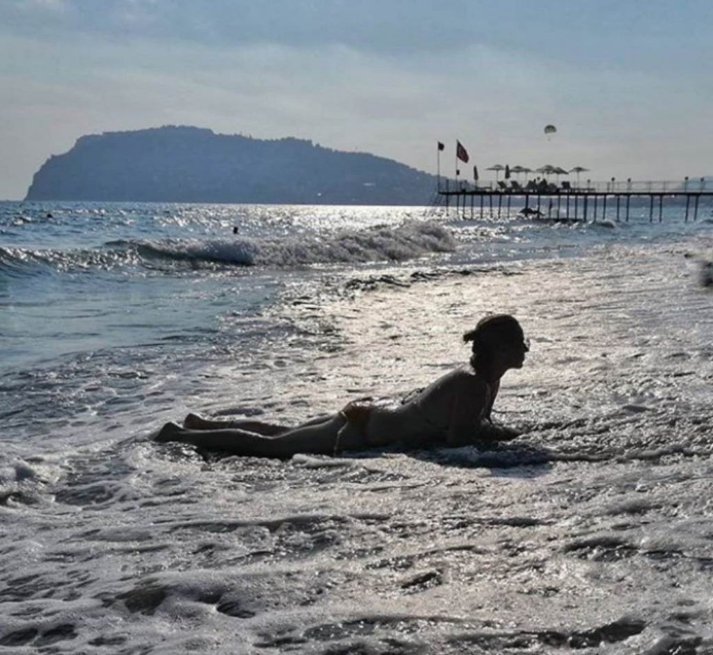 """Voditeljka """"Slagalice"""" se skinula u kupaći, pokazala IZVAJANO TELO, pa legla na pesak i sve vreme radi OVO!"""