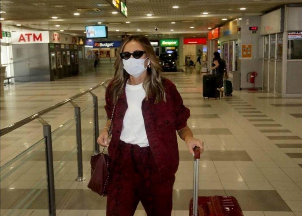 NAKON NEKOLIKO MESECI EMINA JAHOVIĆ PONOVO U SRBIJI: Pevačica nasmejana stigla na aerodrom!