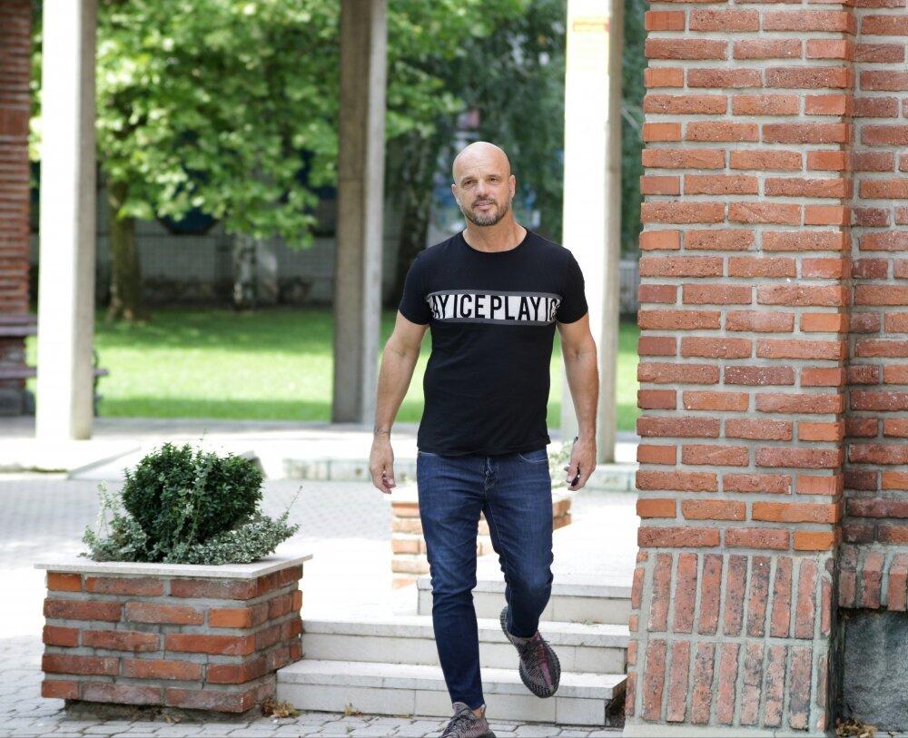 BOBAN RAJOVIĆ UDAJE ĆERKU IVANU: Pao i dogovor sa sveštenikom - uslika ispred crkve!