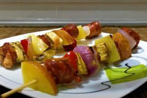 RECEPT DANA: Ražnjići sa kobasicom i povrćem