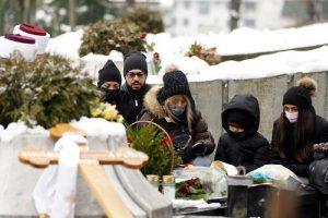 ODRŽAN POMEN DŽEJU RAMADANOVSKOM: Porodica i prijatelji NEUTEŠNI na Novom groblju, ćerke stigle u CRNINI