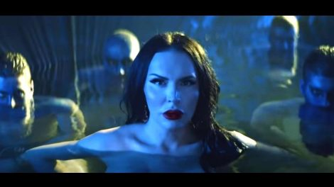 Šok! Procureo seksi video! Transeks pevačica Elektra gola u bazenu okružena muškarcima! Jedan od njih dobro poznat javnosti!