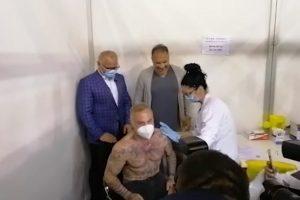 Italijanski milioner skinuo košulju i primio drugu dozu vakcine u Beogradu!