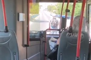 Opušteno je vozio trotinet kroz Žarkovo, dok je iza njega milio autobus pun besnih putnika!