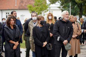 SAHRANJEN MILAN LANE GUTOVIĆ: Porodica i prijatelji se u suzama oprostili od glumačke legende (FOTO)