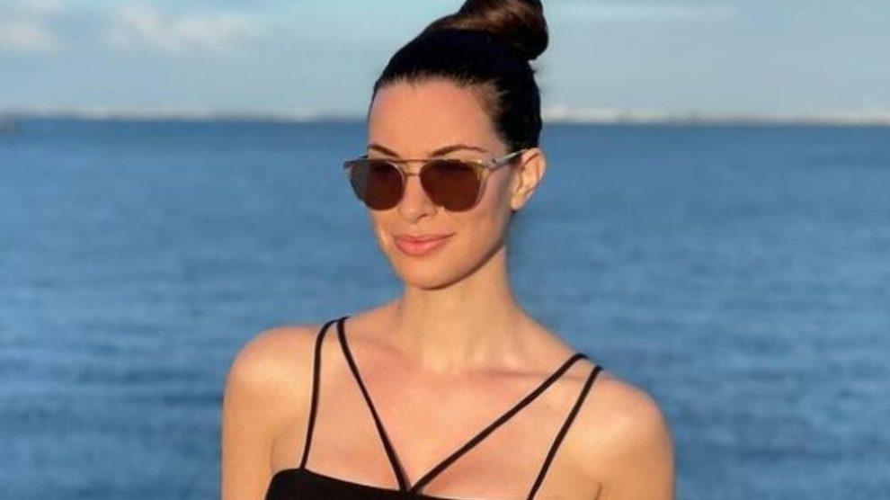 SKINULA SE DRAGANA KOSJERINA: Voditeljka pozirala u BIKINIJU na zabačenoj plaži a onda se vereniku zahvalila na OVOME!