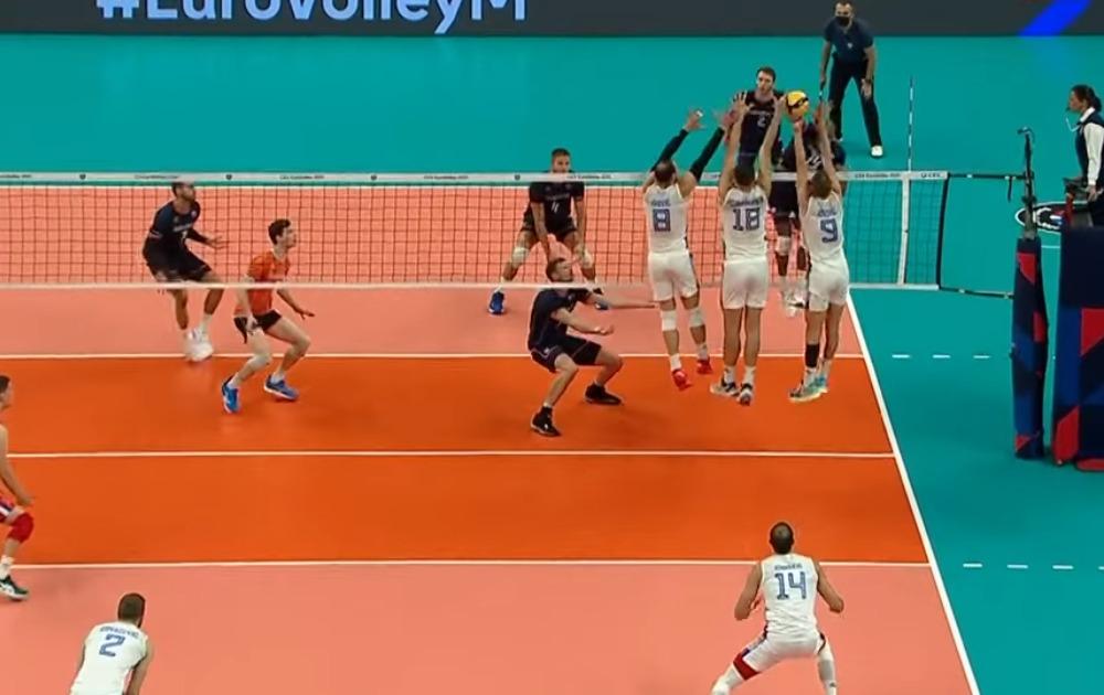 """Branioci titule šampiona """"starog kontinenta"""" su imali manje oscilacija nego u osmini finala i lakše priveli meč kraju. Holanđani su pružili odličan otpor, ali nedovoljan da bi se u većoj meri ugrozio tim Slobodana Kovač Srbija je prvi polufinalista na turniru, a rivala u borbi za finale dobiće posle meča Italija – Nemačka koji se u sredu igra od 16.0 Počelo se u egalu, a prvu prednost od dva ili više poena stekla je Srbija sa 7:5, a potom i 12: Međutim, brzo su """"lale"""" došle do preokreta i povele sa 16:14, a kasnije i 20:18. Tada Srbija pravi seriju od tri poena i uvodi prvi set u igru na razlik Ipak, nije se dugo čekalo na rasplet, pošto je od 23:23 naš tim dobio dva vezana poena, drugi as servisom Srećka Lisinca (posle """"čelendža"""") i tako povela sa 1: Dobru igru """"plava četa"""" prenela je na početak drugog seta i ekspresno je povela sa 7:2, a onda i 12: Uz manje oscilacije, kada su se Holanđani približavali na tri poena minusa, Srbija je uspela da privede set kraju i osvoji ga skraćenom dijagonalom Uroša Kovačević Slična slika viđena je i u trećem delu meča. Srbija nije spuštala tempo, održavala je dobar ritam na servisu i u polju, te je najpre povela sa 12:9 i ta razlika održala se do samog finiša kada su Holanđani, koji nisu imali šta da izgube, počeli da igraju na sve ili ništa. U dramatičnoj završnici trećeg seta, Srbija je propustila prvu, ali iskoristila drugu meč-loptu za plasman u borbu za medalju."""